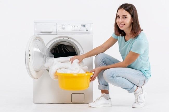 femme nettoie couverture